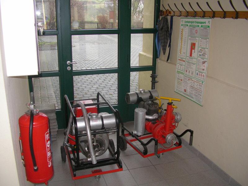 Alte Pumpen im Eingangsbereich