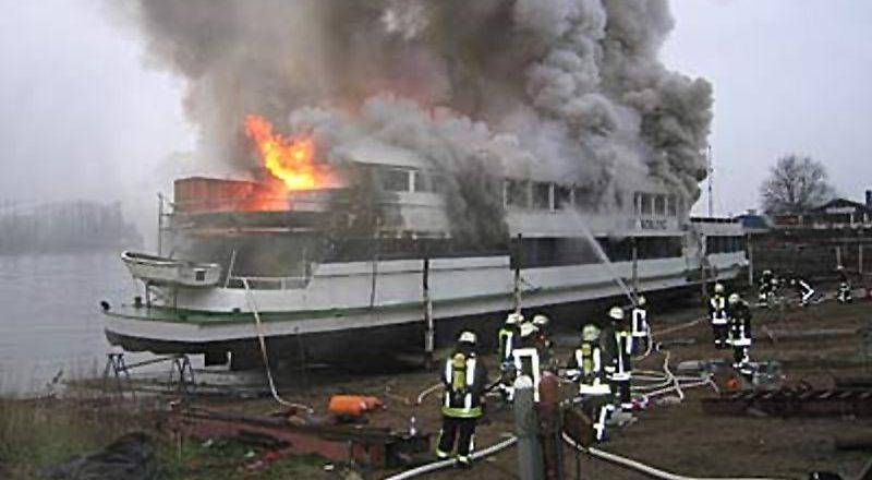 Schiff stand komplett in Flammen