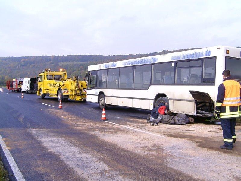Bergungsarbeiten am Bus