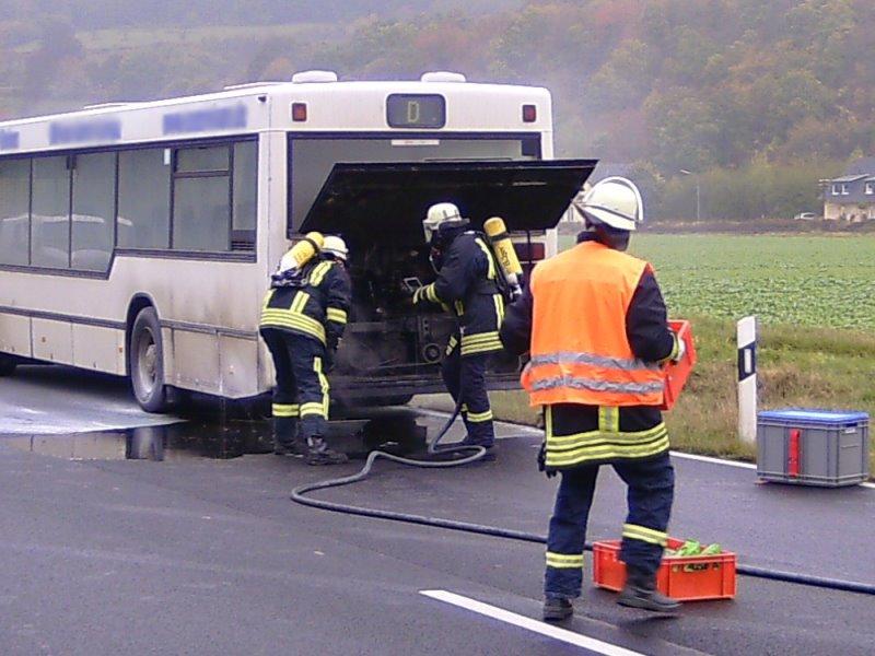 Feuerwehr löschte den Motorraum ab