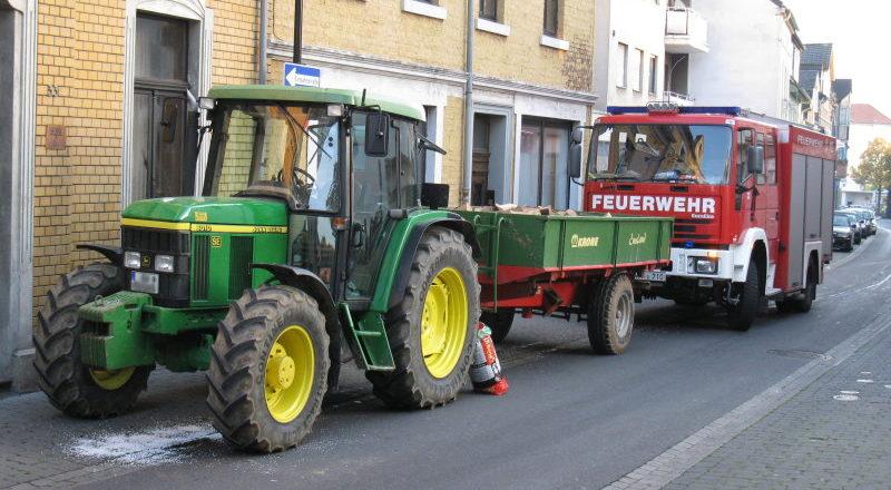 Ein Traktor verlor während der Fahrt Öl
