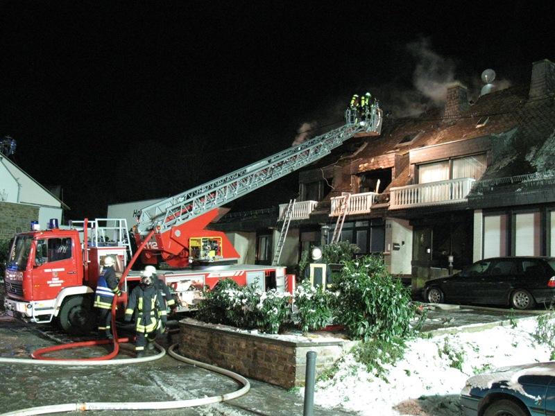 Über Drehleitern bekämpfte man den Brand
