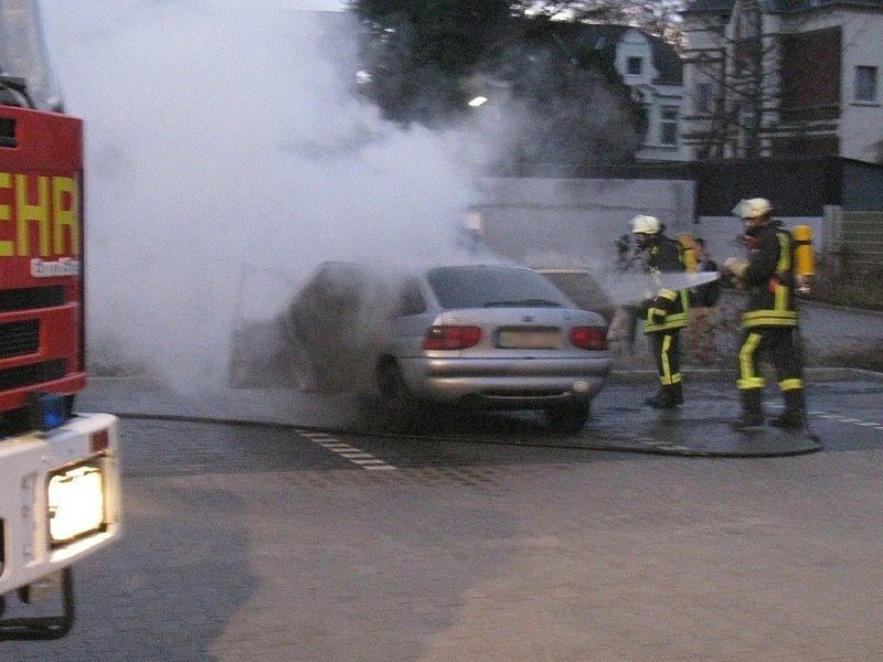 Ein Angriffstrupp löschte das Fahrzeug
