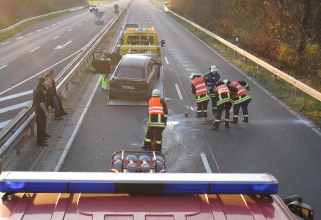 Die Feuerwehr streute die Ölspur ab