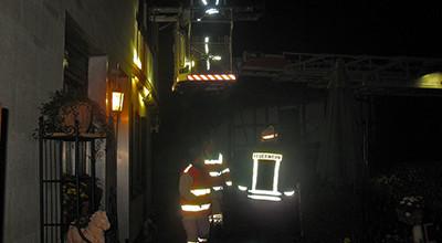 Enges Treppenhaus: Krankentransport über Drehleiter